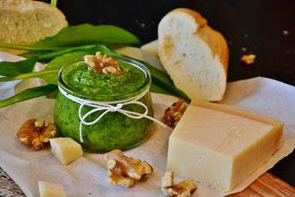 Pesto mit Käse, Brot und Nüssen