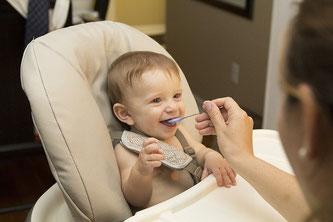 Baby Brei essen sitzen