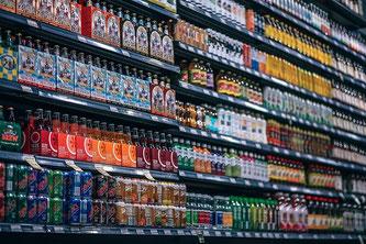 Supermarkt mit einem Regal voller verpackter Lebensmittel