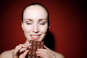 Frau mit Schokolade in der Hand