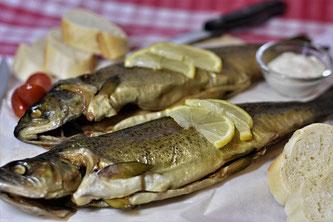 Räucherfisch serviert