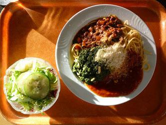 Spaghetti mit Salat