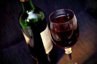 Weinflasche Weinglas Rotwein genießen trinken