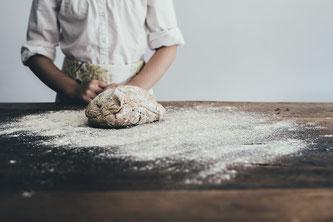 Bäcker mit Teig