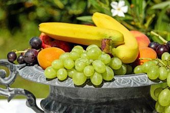 Obstkorb Weintrauben Bananen Marillen