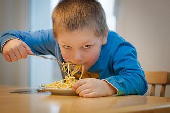 Kind verschlingt Spaghetti