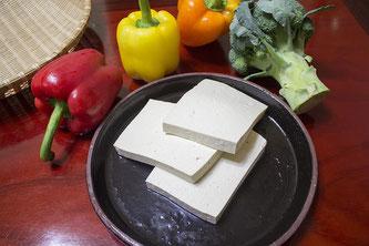 Teller mit Tofu und rohem Gemüse