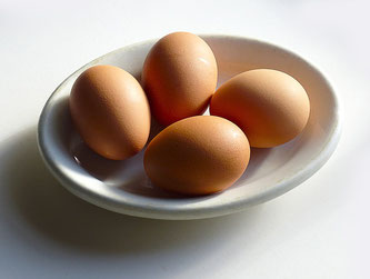 4 Eier in einer Schale