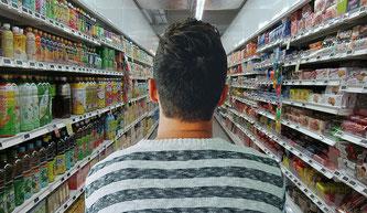 Ein Mann kauft im Supermarkt ein