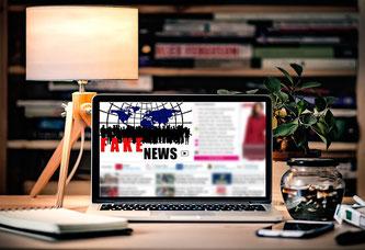 Tablet mit der Aufschrift Fake News