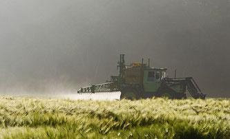 Tranktor versprüht Pestizide