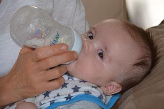 Baby trinkt Fläschchen