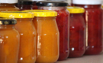 Gläser mit unterschiedlichen Marmeladen