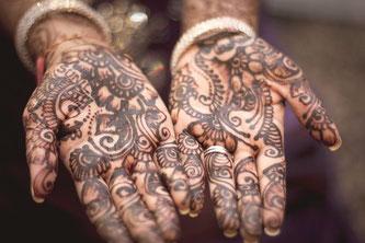 Hände mit Henna bemalt