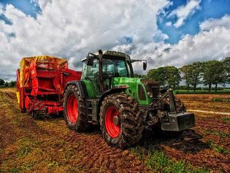 Traktor mit Strohpresse Landwirtschaft
