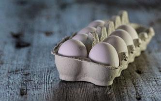 Weiße Eier in einem Höcker
