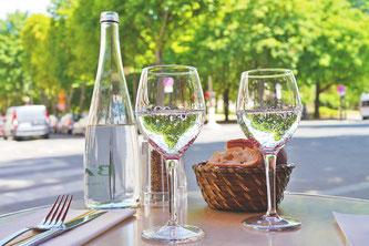 Mineralwasser Gläser Gastgarten