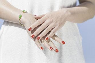 Hände mit roten Fingernägeln