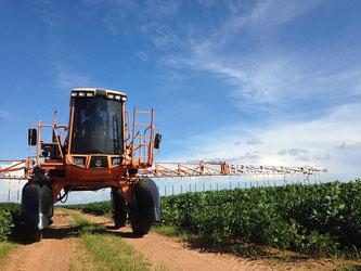 Landwirtschaftliche Maschine für Spritzmittel im Einsatz
