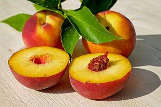 Pfirsiche aufgeschnitten mit Blättern