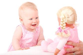 Baby mit Puppe