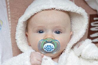 Baby mit Schnuller im Mund