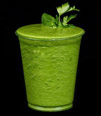 Grüner Smoothie in Kunststoffbecher