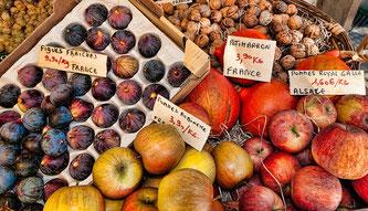 Obst am Markt mit Preisschildern