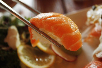Lachs Reis Sushi essen