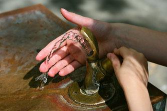 Wasserspender Hände