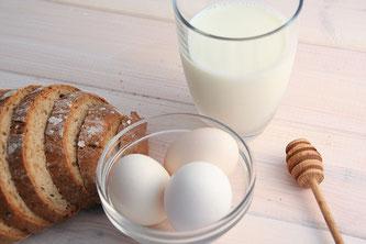 Milch, Eier, Honig, Brot