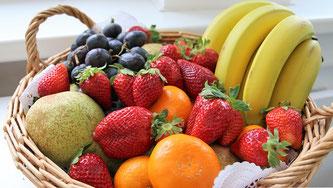 Obstkorb, Bananen, Erdbeeren, Trauben, Mandarinen, Apfel