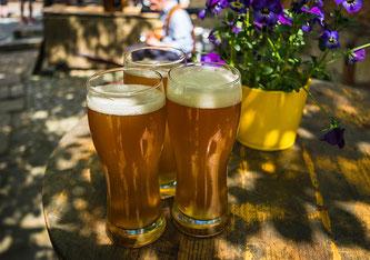 3 Gläser mit Bier auf Tisch