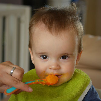 Kind essen Brei