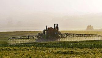 Traktor der Pestizide versprüht