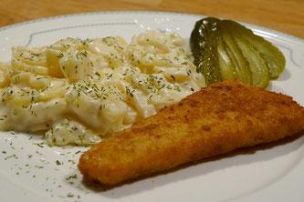 Backfisch mit Kartoffelsalat und Essiggurke