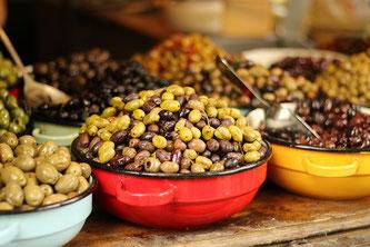 Verschiedene Oliven in Schüsseln beim Buffet