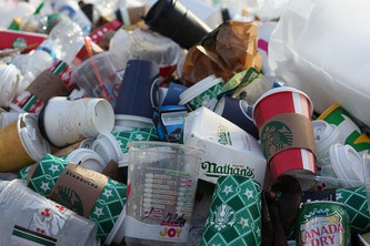 Müll mit Einweggebinden wie Coffee to go