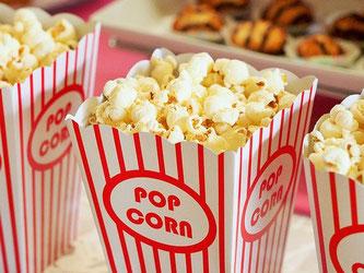 Karton mit Popcorn