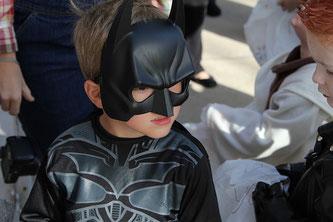 Kind mit Batmankostüm