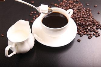 Kaffeetasse mit Zucker und Milch