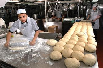 Bäcker walkt Brotteig