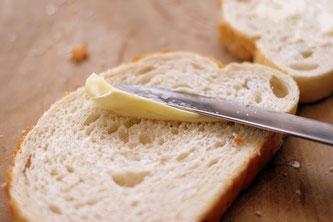 Margerine Brot aufstreichen Messer