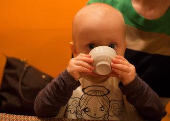 Kleinkind trinken Tasse