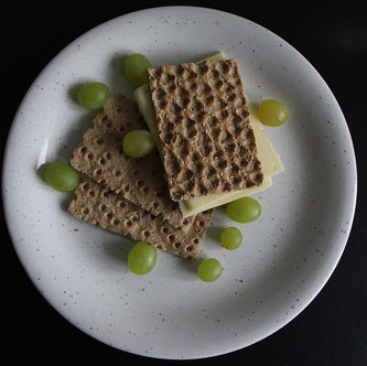 Knäckebrot Teller Weintrauben Käse