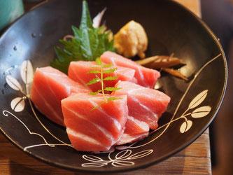 Roher Thunfischer in Schale mit Gewürzen