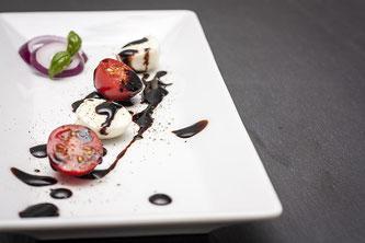 Teller mit Obst und Balsamico Essig