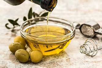 Olivenöl in Glasschale
