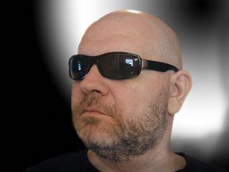Mann Sonnenbrille Glatze Bart