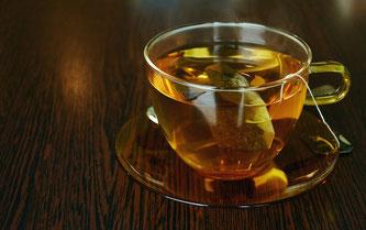 Tasse aus Glas mit Teebeutel